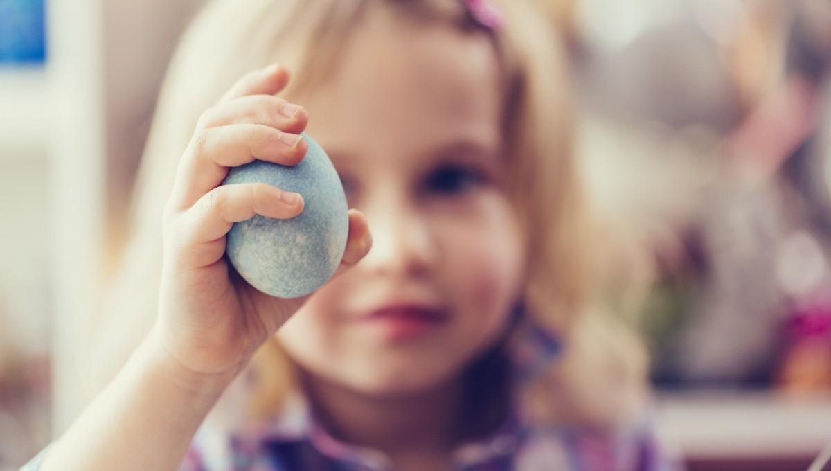 Mädchen hält Ei in der Hand