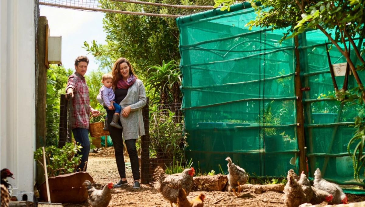 Familie im Garten mit Hühnern