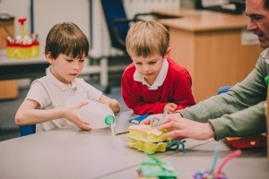 Kinder experimentieren mit Erzieher