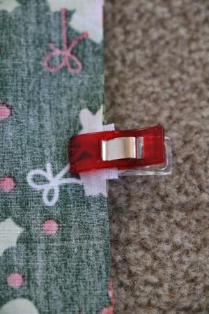 Geschenkbeutel nähen: Geschenkband festsstecken