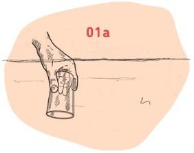 Hand drückt Glas unter Wasser