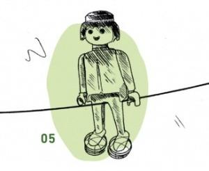 Spielfigur sitzt auf Seil