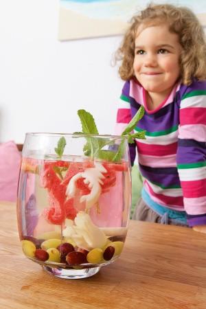 Sommer-Bowle für Kinder aus Früchtetee, Saft und Mineralwasser