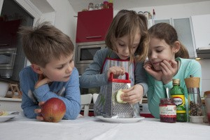 Kinder bereiten Salatdressing zu