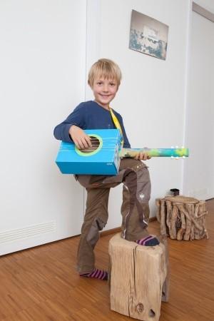 Gitarre aus einem Schuhkarton