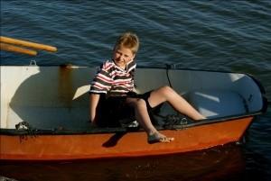 Erik (11) von der Hallig Nordstrandischmoor auf einem Boot