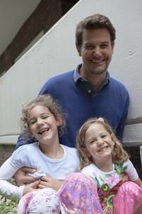Warum!-Herausgeber Thorsten Höge mit seinen Töchtern Mayla und Lenya