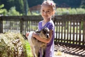 Gewinnspiel Feriendorf Holzleb'n im Salzburger Mädchen mit Ziege