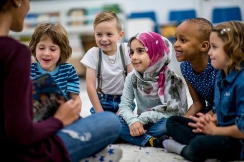 Kita-Erzieherin liest Kindern vor