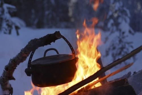 Topf über Feuer im Schnee