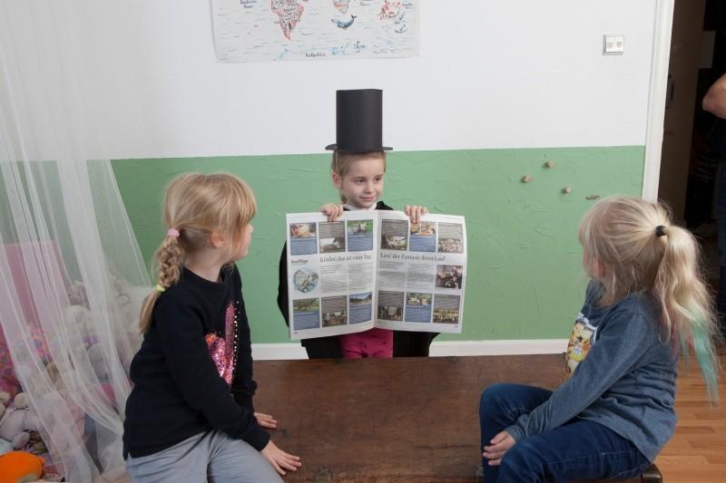 Mädchen zaubert mit Zeitung