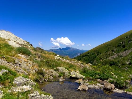 Quelle zwischen Bergen