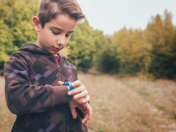 Junge mit Armbanduhr