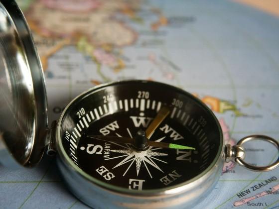 Kompass liegt auf Globus
