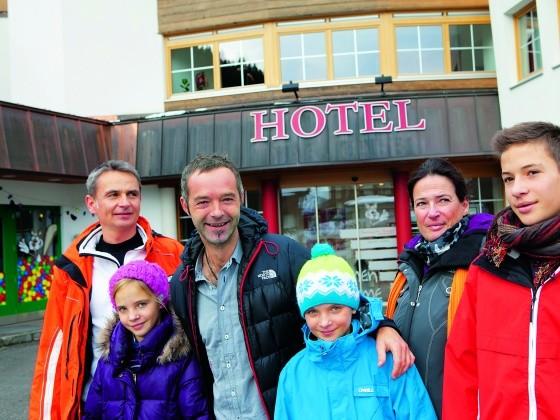 Das Warum!-Iglu-Team mit Sepp Pleier vom Familotel Testerhof in Tux