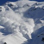 Schneelawine in den Bergen