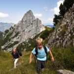 Vater und Sohn wandern auf dem Bergweg