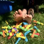 Füße und Ballons im Gras