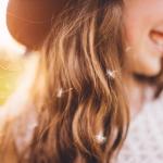 Mädchen mit Pusteblumen im Haar