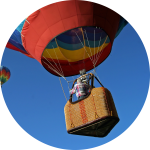 Heißluftballons fliegen aufwärts