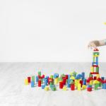 Ein Kind spielt mit Bauklötzen