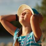 Kind blinzelt in der Sonne