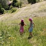Kinder laufen über Wiese