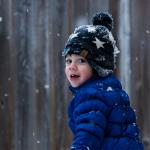 Kind im winterlichen Wald