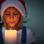 Mädchen hält Kerze in der Hand