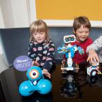 Kinder spielen mit Robotern