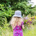 Mädchen auf Blumenwiese