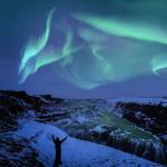 Polarlichter über Wasserfall in Island