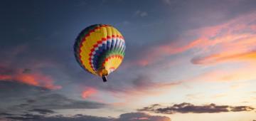 Bunte Ballons fliegen am Himmel