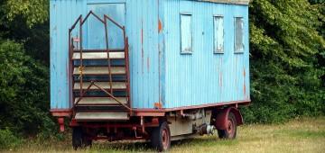 Zirkuswagen steht auf Wiese