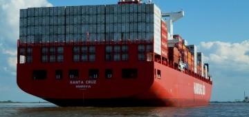 Riesiges Containerschiff auf der Elbe