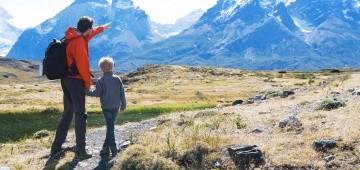 Vater und Sohn wandern in den Bergen
