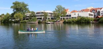 Familie im Kanu auf dem See