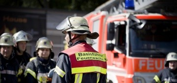 Feuerwehrleute und - auto