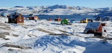 Siedlung mit bunten Holzhäusern in Grönland