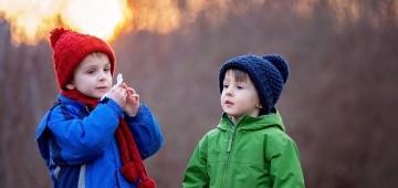 Zwei Jungen im Winter
