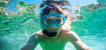 Junge schnorchelt im Meer