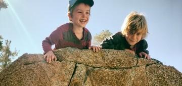 Zwei Jungen auf einem Felsen