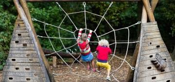 Zwei Kinder auf einem Klettergerüst