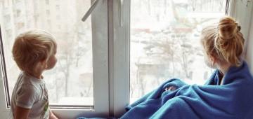 Zwei Kinder am Fenster
