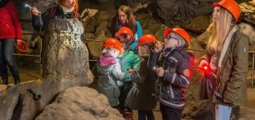 Kinder in der Hermannshöhle