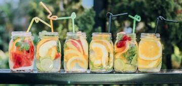 Limonade in Gläsern mit Trinkhalmen