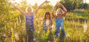 Mädchen auf Wiese in der Sonne