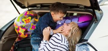 Mama und Sohn im Auto