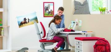 Kinder arbeiten am Schreibtisch von moll