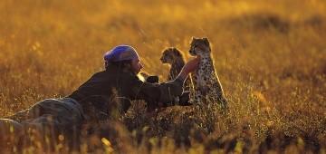 Matto Barfuss mit Geparden-Kindern